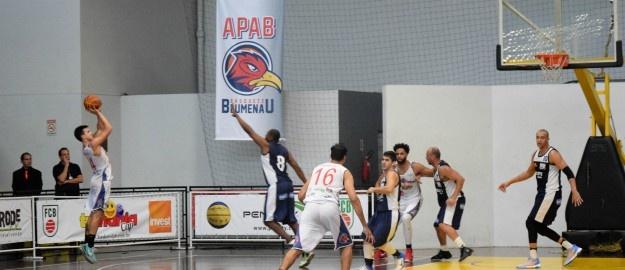 O time de basquete masculino de Blumenau Apab Furb FMD saiu na frente na  disputa pelo título do Campeonato Estadual. Ontem 8a7ad40ebaf52